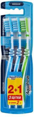 """Комплект четки за зъби """"2+1"""", синя + синя + сигн. жълта - Aquafresh In Between Medium — снимка N1"""