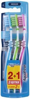 """Комплект четки з зъби """"2+1"""", синя + сигн. жълта + розова - Aquafresh In Between Medium — снимка N1"""