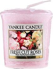 """Парфюмерия и Козметика Ароматна свещ """"Свежи рози"""" - Yankee Candle Scented Votive Fresh Cut Roses"""