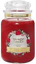 Парфюми, Парфюмерия, козметика Ароматна свещ в бурканче - Yankee Candle Strawberry Large Jar