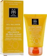Парфюмерия и Козметика Лек слънцезащитен балансиращ крем за лице - Apivita Suncare Oil Balance Light Texture Face Cream SPF30