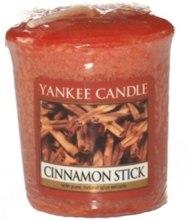 """Парфюмерия и Козметика Ароматна свещ """"Канелена пръчица"""" - Yankee Candle Scented Votive Cinnamon Stick"""