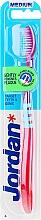 Парфюмерия и Козметика Четка за зъби със средна твърдост, розова със синьо - Jordan Target Teeth & Gums Medium