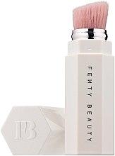 Парфюмерия и Козметика Четка за хайлайтър - Fenty Beauty Portable Highlighter Brush 140